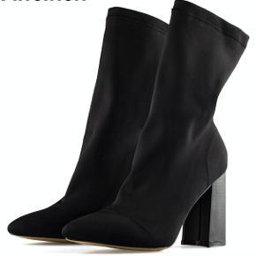 Næsten som ny  8,5 cm høje  Ingen synlige skader eller ligende på skoene  Køber betaler fragt