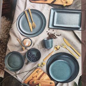RAW Northern Green stentøjet fra AIDA i samarbejde med Christiane Schaumburg-Müller  har en dyb, grøn fyrnåle farve med små grå, næsten funklende partikler, som skaber en smuk kontrast som dog stadig er subtil og passer til den skandinaviske borddækning.  • Dobbeltbrændt stentøj i højeste kvalitet  • Håndlavet – hvert produkt er unikt  • Ridsefri glasur  • Eksklusiv rå gennemfarvet stentøjsmasse  • Tallerknerne tåler både ovn, frost, mikroovn og opvaskemaskine.  BRUGT 1 enkelt gang....fremstår derfor som næsten ny. Ingen skår eller ridser. Tallerknerne er 28cm i diameter. Sælger 9 stk samlet. Pris + porto(DAO). Gerne mobilpay eller TS-handel + 2,5%