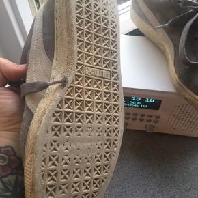 Brugte sneakers. Stadig et par år i sig.