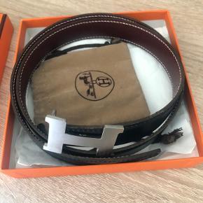 Hermes bælte  Hej alle- jeg sælger dette bælte som er i perfekt stand. Kan bruges til både mænd og kvinder. Det er reversible- i farverne sort og bordeaux.   Str 75.