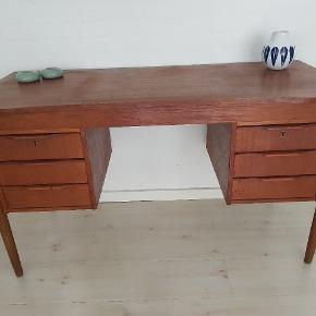 Teak skrivebord. med patina men ellers rigtig fin stand.