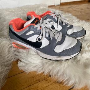 Sælger mine fine NIKE AIR MAX 🔆 ( Nike plateau sko )  str. 40 - passer dog sagtens en 39 & en 40 fint  De er i flot stand, men har dog en smule slid i læderet foran og bagi.  De er i grå , pink / laksefarvet , hvid og sort 🌷  NP: 1150kr  Mp: BYD   OBS:‼️ sælger lige nu - billigt - ud af en masse forskelligt mærketøj, tjek det ud! 🔆 🍒