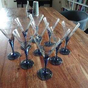 Glas, 9 stk. vinglas, Florian Blue by Luigi Bormioli. I meget pæn stand.  Ca. mål: Højde 19,5 cm. Diameter 9,5 cm.  Sender gerne. Kan selvfølgelig ikke garantere, at glassene ikke beskadiges, men pakker dem bedst muligt ind.  Giv et bud :)