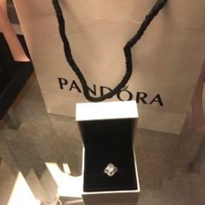 PANDORA flotteste ring With clear cubic.   Man er velkommen til at komme og prøve ringen, før et evt. Køb.   str. 48  Næsten som ny.   Nypris: 699,- kr.  Salgspris : 499 ,- kr.   Sendes med DAO - tradonohandel.   Kommer i æske.