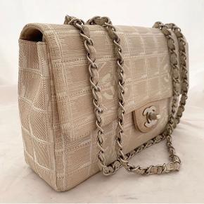 Chanel 2.55 medium i canvas med sølvhardware. Rigtig fin stand med få brugstegn. Autenticitetskort følger med.   Mindstepris 10.000 kr Sælger betaler fragt.