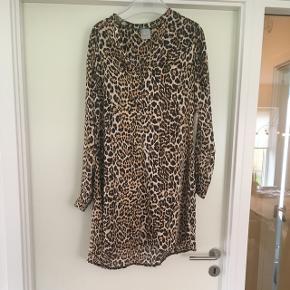 Lækker kjole i leo stof. Næsten ny er kun brugt 2 gange - super fin og fejler Intet. Rigtig dejligt stof. Nypris 800kr.