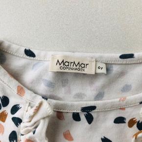 Super fik Marmar bluse med fine flæser. Ingen pletter eller lignende .