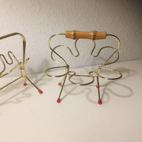 Gl pibeholder i guldfarve  med røde dupper 2 stk i hhv rund og aflang form  Oprindelig til pibe men smuk som pynt eller til at hænge øreringe og armbånd på-  Pynt med grene og et par blomster i små glas el vase.   Guld rød ( røde dimser på ben ) bambus   Sender gerne   Se flere annoncer