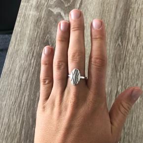 Super fin ring fra Garber, brugt men fejler intet. Str 55 (L). Nypris 450kr, kom med et bud :))