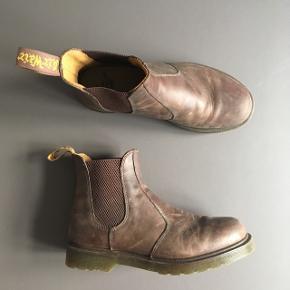 Den klassiske Chelsea boot fra Dr. Martens. Var et fejlkøb og er kunbrugt tre gange. Er en størrelse 42 - flotte både til mænd og kvinder! Nypris 1600kr.