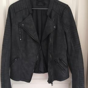 Super flot mørkegrå jakke. Brugt få gange.