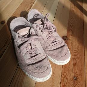 Reebok sko str. 38,5. Ikke brugt særlig meget, så de er i super fin stand 😊