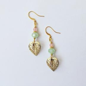 Håndlavede blad øreringe. Forgyldte med en grøn glasperle og en rosa kvarts perle ❤️  Eget mærke: Klia Jewellery  Kan også sendes med postnord som brev for 10 kr