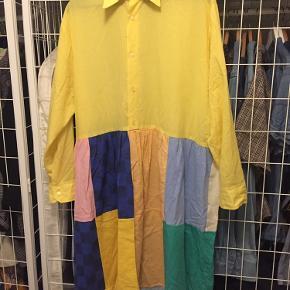 Fineste patchwork skjortekjole fra det bæredygtige danske mærke løspåtråden. Passer flere str. Ca S-XXL alt efter ønsket fit. Har brugt kjolen et par gange men får den ikke brugt så meget som jeg gerne ville så nu skal den videre! Kom endelig med er bud!