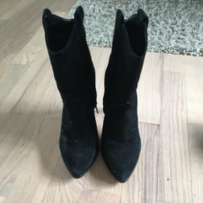 Super populær Ægte ruskind Ankelstøvler sælges. Som i kan se på billederne er de i super god stand de er nemlig brugt få gange. De er meget behagelig 😊👣  Tjek min profil sælger flere ting for god pris 😊 Bytter ikke 😊