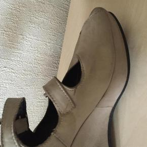 Sælger disse fine sandaler med nogle brugsmærker :-)  De sælges for 50 + porto :-)