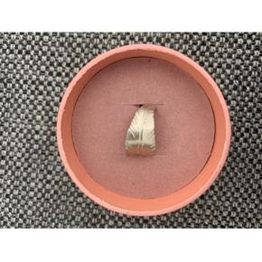 Leaf Ring fra Jane Kønig i Sterling sølv. Ringen er ca. en størrelse 47 og har fået en knæk i selve ringen. Nypris er 950 kr. Sælges for 300 kr.