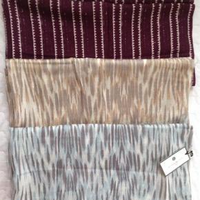 Varetype: Tørklæde Størrelse: - Farve: -  Aflangt 100 % uld.   300 pp pr. stk.   Bytter ikke.  Det nederste er solgt.