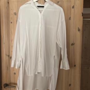 Zara skjorte i hvid oversized i modellen   Størrelse: Xs ( oversize )   Pris: 150 kr   Fragt: 37 kr