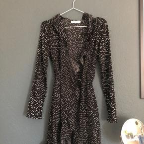 Sælger denne her wrap-around kjole fra Vila. Skriv for flere billeder.