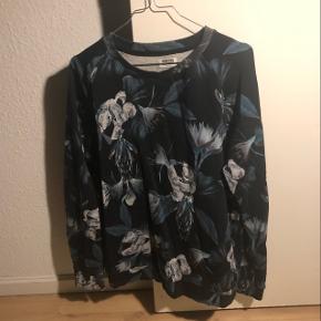 Blomstret trøje