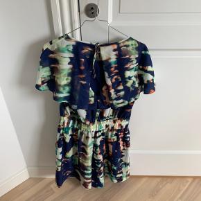 Meget flot buksedragt fra Karen Millen med en meget fin ryg.