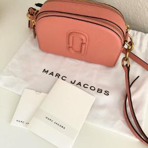 Marc Jacobs shutter bag i den smukke farve coral måler 20x15x6. Fremstår helt som ny. Pris 1500 kr. (nypris 2900kr)  Original dustbag, kort og kvittering medfølger.  Ss også mine andre Marc Jacobs tasker ☺️