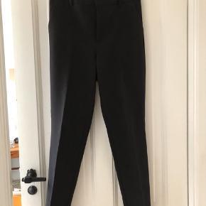 Sorte plisserede bukser til pænt brug. Super lækker kvalitet. Sælges da de er købt for store (normale i størrelsen).