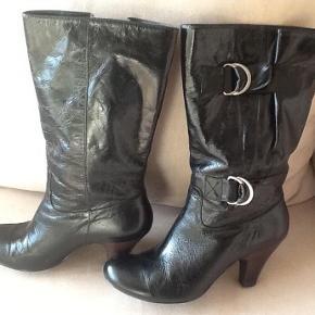 Lækre støvler fra Mimic Copenhagen : Hæl : 8 cm. målt bagpå hælen. Spænder på skafferne så vidden kan justeres. Det kan ses på sålerne og at de har været på to gange + en anelse skrammer på snuderne hvis man kikker tæt på. Støvler med hæl og spænder på skafterne Farve: Sort Oprindelig købspris: 700 kr. Sender gerne på købers regning : DAO 44,-