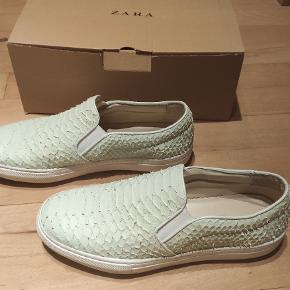 """Flats fra Zara i mintfarvet imiteret """"krokodille-materiale"""".  Kan afhentes i Roskilde, tages med til Odense eller sendes."""
