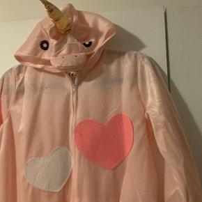 Fin unicorn dragt, som desværre er købt for lille.