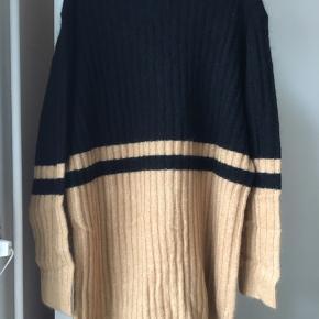 """Super skøn cardigan (""""Congoe"""") fra Malene Birger i en sort/sand farve.  Cardiganen er i en løs pasform.  Den er lavet i kraftig ribstrikket uld-og mohairblanding og er blød og lækker i kvaliteten. Den har en cool kollegiestil over sig, har to lommer på fronten og sorte knapper.  Mål: Længde: 85 cm, skulder: 47 cm og bryst: 58 cm.  Aldrig brugt. Sælger kun og bytter ikke."""