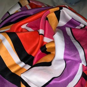 Flot stort limited edition tørklæde i fine farver. Kan også bruge som binde-top