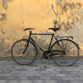 Fantastisk cykel der har brug for lidt kærlighed. Det bagerste dæk er flad og skal skiftes, kæden er ret rustet, og man kan nok give den lidt olie:)