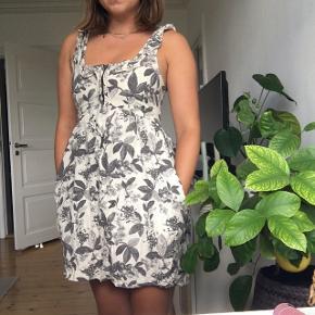 Fin kjole med blad-mønster. Har lynlås foran og lommer i siderne.   #trendsalesfund