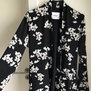 RESERVERET  Jeg sælger denne kimono da jeg ikke får den brugt. Den er købt i Envii til 600 kr. Cirka 1 år gammel, men hænger dog bare i skabet.  Kan sendes på købers regning🌸
