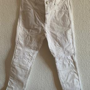 """Str. 30 - sejeste, rå bukser med lapper og syninger - baglommer - indvendig """"knivlomme"""" på venstre bagben"""