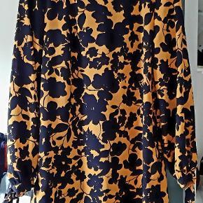 Sød kjole med bindebånd i ærmerne. Lukkes med en lille knap i nakken.  Hentes i 8723 Løsning eller sendes