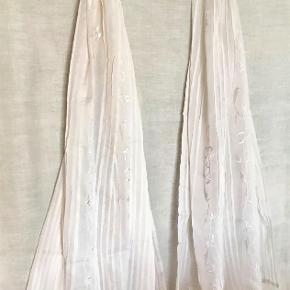 Fra NOA NOA : Smukt tørklæde med læg i stoffet og broderi. 60 cm x 180 cm Aldrig brugt. Oprindelig købspris : 550,- Sender gerne med DAO på købers regning.