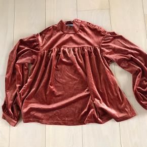 Velour bluse med lidt swag fra vero moda