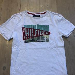 Fin t-shirt hvor det røde er velour tryk, ingen pletter.