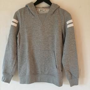 Lækker blød hoodie i en fin grå farve. Str. M/11-12 år.