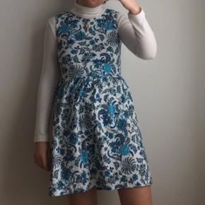 Blå blomstret kjole fra mærket Joe Browns. Kjolen er købt i Berlin og er kun brugt enkelte gange. Passes af en størrelse S og M.