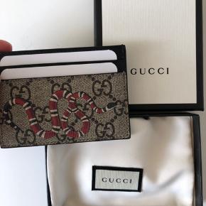 Sælger denne ubrugte kortholder fra Gucci. Alt originalt følger med, dog er kvitering på mobil. Sælger til 1350kr og dermed kan du spare 225kr ved at købe hos mig istedet for i butikken og stadig få en helt ny kortholder