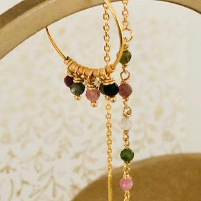 Asymmetriske øreringe, med turmaliner i efterårets farver. Kan også købes i sæt med ens øreringe. Kan også fåes i sølv.