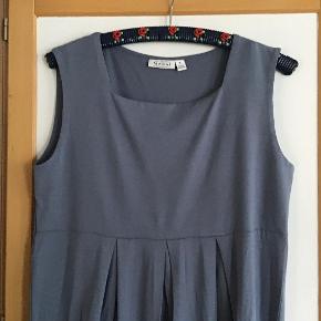 Superlækker og flot gråbleg kjole. Helt ny. Måler fra ærmegab til ærmegab 48 cm uden stræk. Længden 94 cm. 95 % viscose, 5 % elasthane.