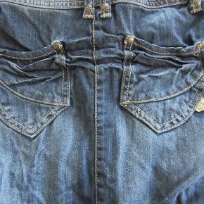 Pompdelux denim nederdel, str. 5-6. Aldrig brugt. Stadig med mærke. Sælges for 125 kr. pp, men KUN via Mobilepay.