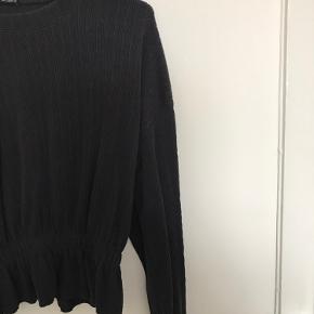Super lækker bluse med elastik ved ærmerne og ved maven, som giver den et flot look, når man har den på :-) brugt få gange - fejler intet