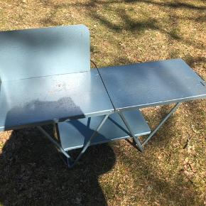 Meget stabilt campingbord fra tresserne. Bordet er 41 cm. højt. Bordet har en mindre hylde og en side man kan flytte rundt med 😊 God stand med fin patina, kan holde maaange år endnu 🌟