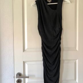 Rigtig smuk draperet kjole fra Helmut Lang.   Har sat den som 'god men brugt' da den har været på nogle gange, men stadig har mange år i sig.   Farven er meget meget grå/sort.   92% Bemberg Cupro 8% Viscose  Lining 100% Viscose